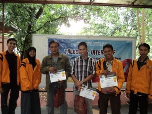 Pembicara Talkshow Interaktif Sastra Jurnalistik berpose bersama, (juga) Ketua FLP Semarang dan Ketua FLP Ranting Sekaran pada Minggu (13/1)